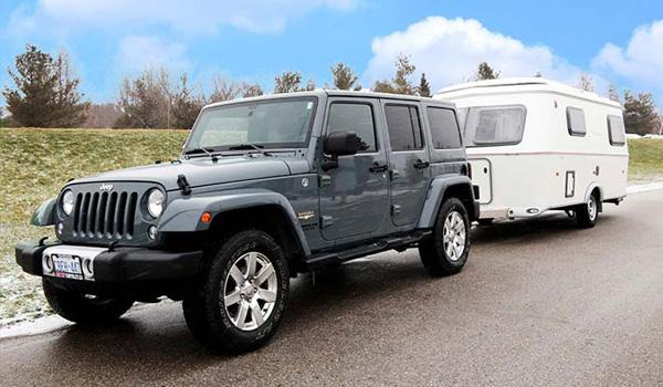 jeep z przyczepą